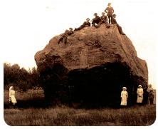 海面が低くなり、地上が現れるようになると、周辺の景色は変わり、人々の世代は代わりましたが、石だけはいつも変わらず同じ場所に座り続けています。 写真は1900年代初期のハンヒキヴィの姿です。 写真:プロ・ハンヒキヴィ アーカイブス