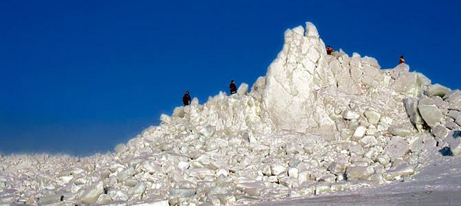 ペラメリ海では冬毎に美しい叢氷を見ることができます。底の浅い沿岸に停滞した大きな氷の塊は、時には10メートルもの高さの塚を作ります。